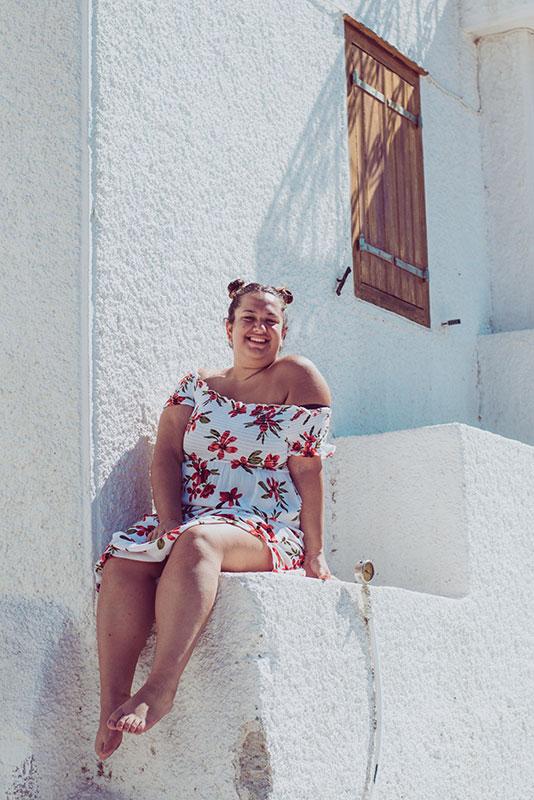 Viele mehrgewichtige Frauen trauen sich nicht, Kleider zu tragen. Dabei sind sie nicht nur im Sommer dein Freund; Kleider sind das ganze Jahr über äußerst komfortabel, vor allem wenn du mit deinem (dickem) Bauch und kräftigen Schenkeln haderst. Luftige Varianten – ob Mini oder Maxi – bieten im Sommer ein angenehmes Tragegefühl. Modische Sommerkleider gibt es auch in großen Größen.